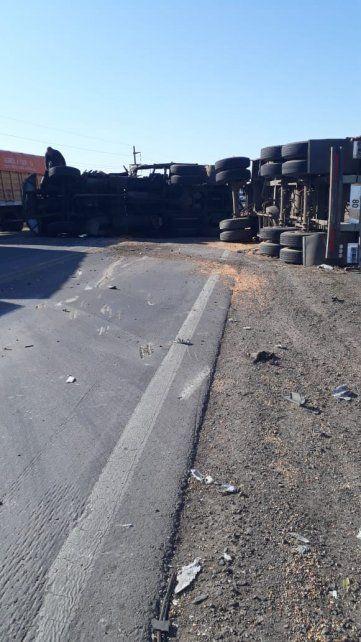 Cortaron la ruta A012 por un choque entre dos camiones