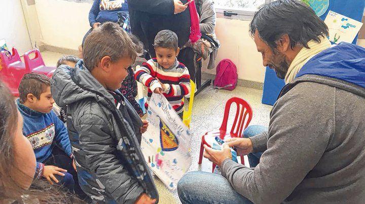 Voluntarios. Son muchos los que dedican algún día de la semana a visitar a los niños internados en los hospitales de Rosario.