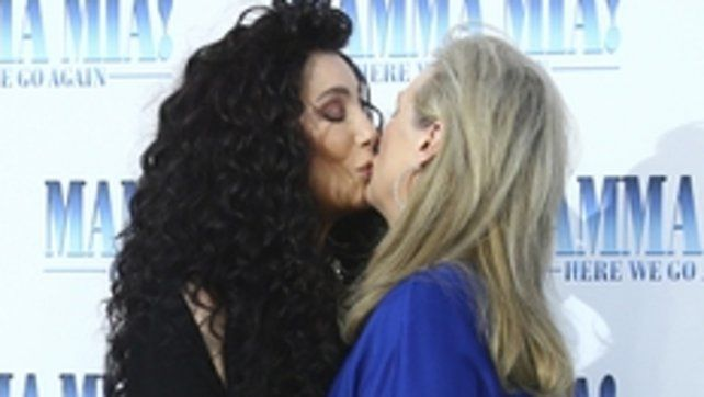 El día que Cher le comió la boca a Meryl Streep