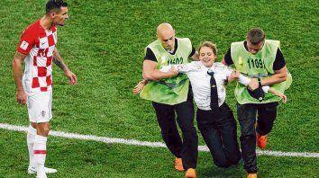 Detenida.La guardia arrastra a una de las Pussy Riot mientras mira el croata Lovren.