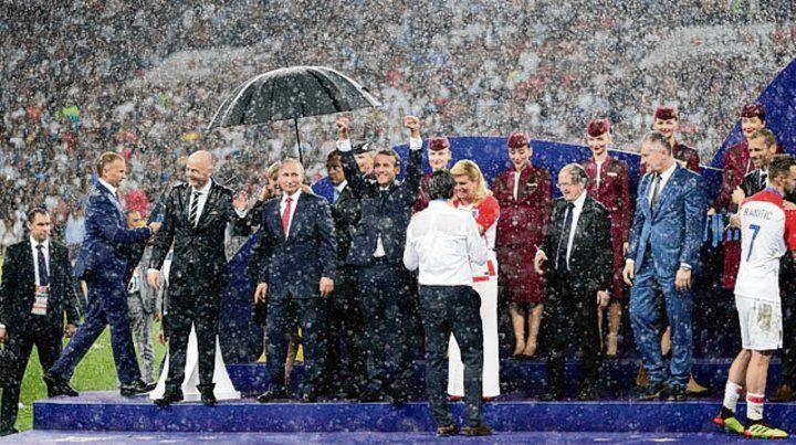 La lluvia mojó a todos, menos a Putín