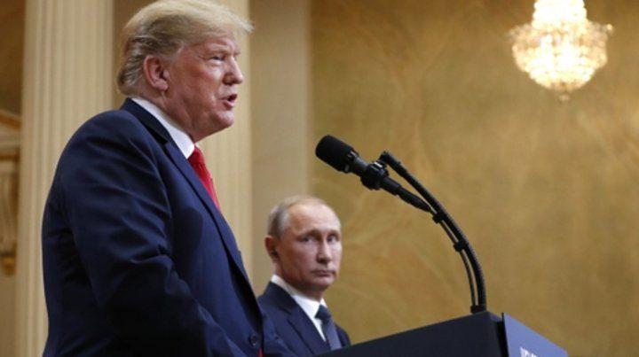 De reojo. Putin observa a Trump durante la conferencia de prensa conjunta en Helsinki.