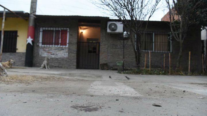 Un hombre fue asesinado a balazos en la puerta de su casa de Puente Gallego