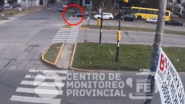 Un video muestra cuando un auto atropella a una mujer en Rondeau y Baigorria