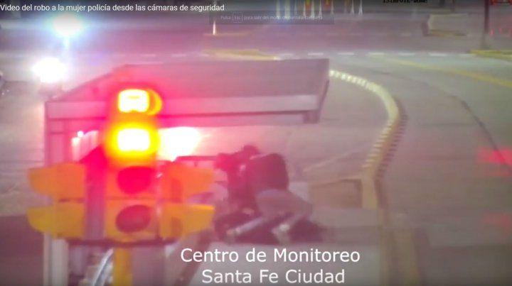 Una mujer policía fue despojada de su arma reglamentaria por dos menores en la ciudad de Santa Fe.