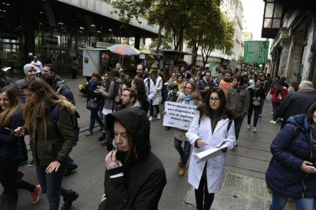 Becarios y trabajadores recorrieron la peatonal para hacer sentir sus reclamos.