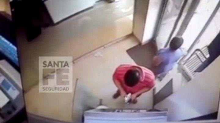 Un video muestra cómo estafan en los cajeros automáticos