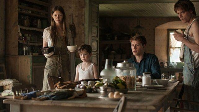 El filme retratra a cuatro hermanos ingleses que se mudan a  Estados Unidos y ocultan la muerte de su madre para poder permanecer  unidos.