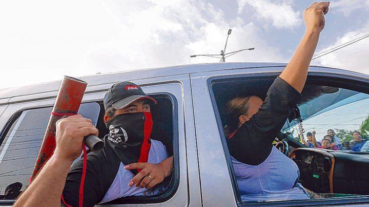Balas Sin control. Fuerzas pro-oficialistas llegan amenazantes a la ciudad rebelde de Masaya.