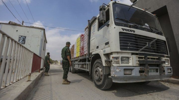 Soldados palestinos controlan un camión que transporta  alimentos en el cruce de Kerem Shalom