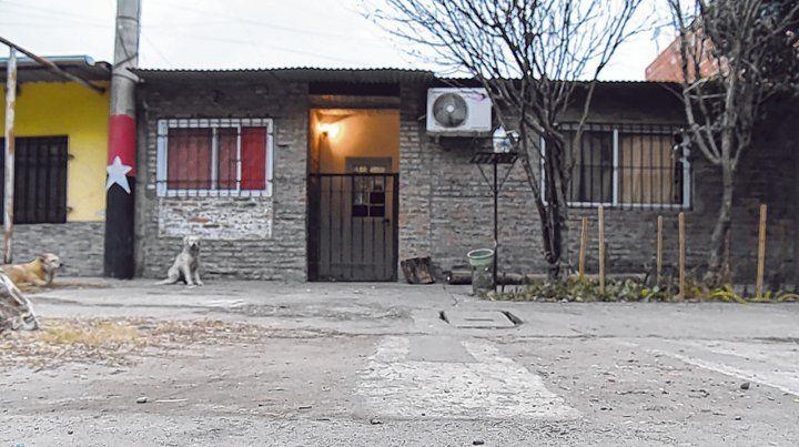 Casa humilde. La vivienda de Puente Gallegos acribillada a tiros donde cenaba y mataron a Negro Jony.