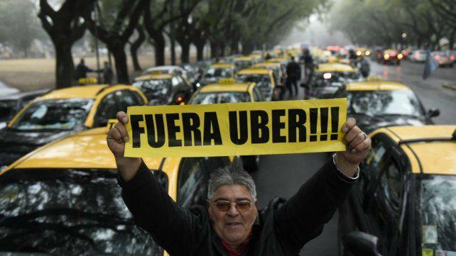 Los taxistas coparon Oroño y Cochabamba.