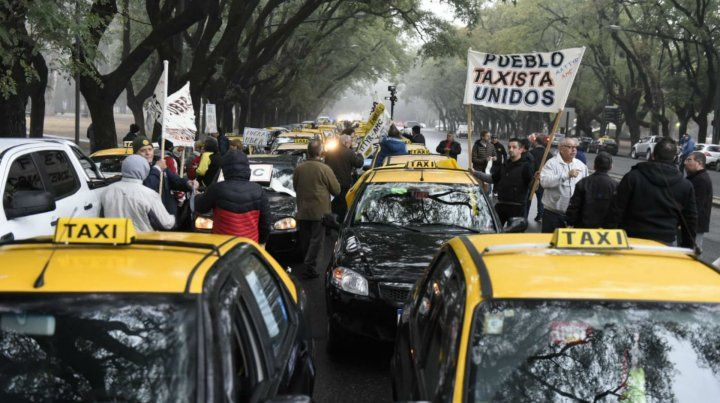 Los taxistas marcharon en caravana hacia el Monumento contra la llegada de Uber