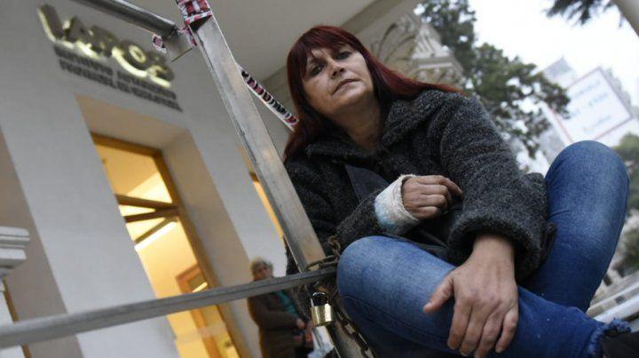 Una mujer se encadenó en Iapos para reclamar por la internación de su hijo