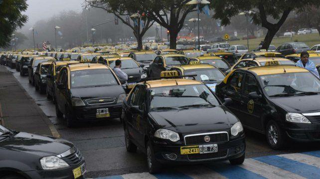 Masiva marcha de taxistas contra las app