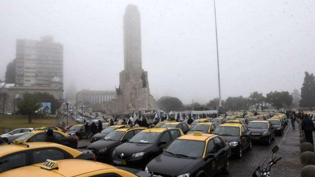 La caravana de taxistas llegó a media mañana al Monumento.