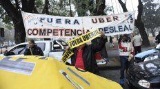 Los taxistas marcharon hoy al Monumento a la Bandera para manifestar su oposición a la llegada de Uber.
