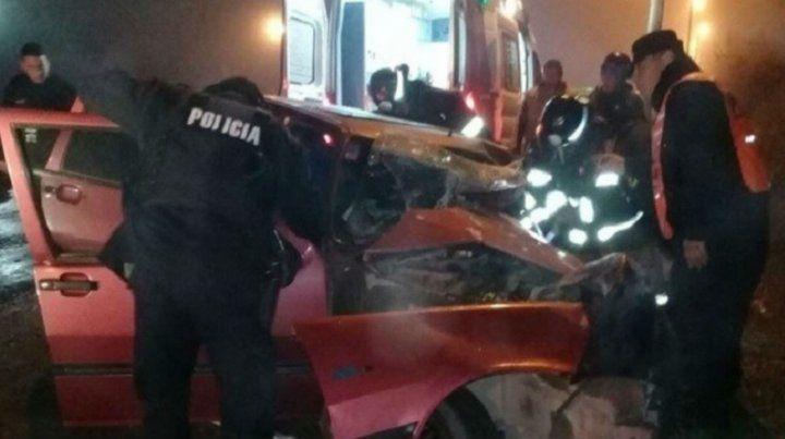 El Fiat Uno embistió con violencia a un colectivo que iba a Serodino.