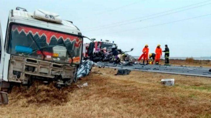 Cuatro muertos y dos heridos en un choque entre un auto y un camión en la ruta 8