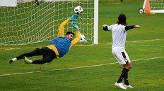 A cobrar. Ayala vuela pero no puede impedir el segundo gol de Trapito Vega.