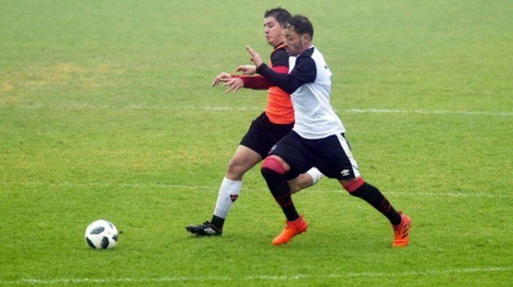 Pura lucha. Hernán Bernardello disputa la pelota con el ex Newells   Mauricio Sperduti. El capitán fue la voz de mando en el medio.