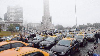 Rechazo. Cientos de taxistas se movilizaron ayer hasta el Monumento a la Bandera para manifestar su oposición al proyecto del Frente Progresista.