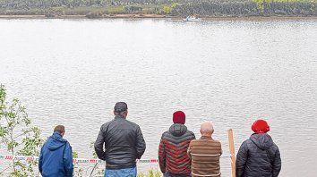 Espera. Los familiares de las víctimas se mantienen en la costa de Pueblo Esther frente a donde se hundió la lancha.