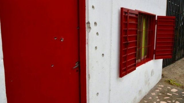 Perforada. El frente y la puerta de la casa de Lamadrid al 400 bis.