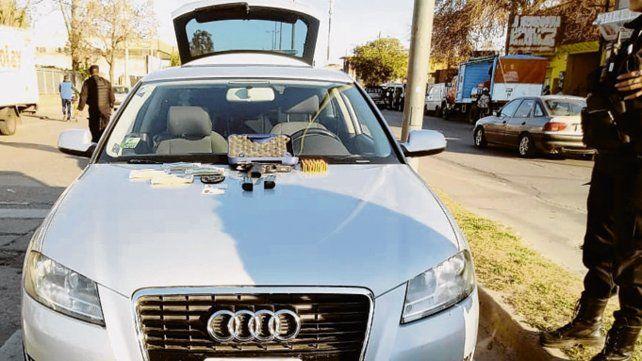 Secuestrado. El Audi A3 con los elementos incautados a los ocupantes.