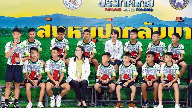Presentación. El entrenador Ekkapol Chantawong (a la izquierda)