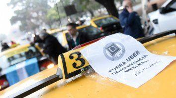 Una masiva caravana convocó a taxistas contra el arribo de Uber.
