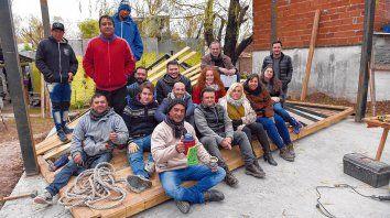 A los vecinos, profesores y estudiantes de Arquitectura los guía una meta clara y la satisfacción de saber que dentro de poco la estructura edilicia para los pescadores estará cumplida.