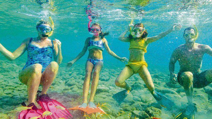 En famila. El snorkel es una de las actividades que se pueden realizar en las límpidas aguas de Aruba y descubrir el mágico mundo submarino.