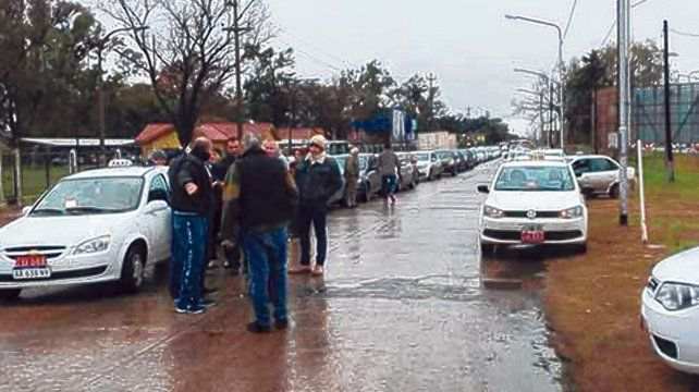En guardia. Los taxistas y remiseros del Cordón alertaron que el sector está en crisis y Uber la agravaría.