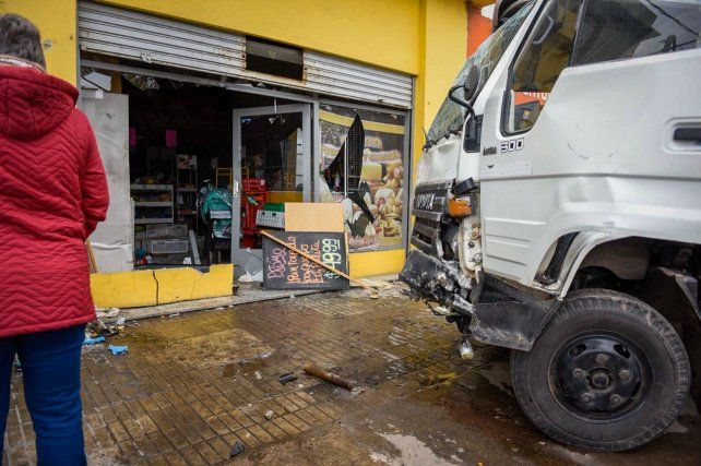 Un camión realizó una mala maniobra y se metió en un negocio.