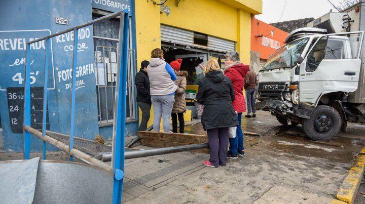 Un camión fuera de control se incrustó en una fiambrería en Provincias Unidas y Riobamba