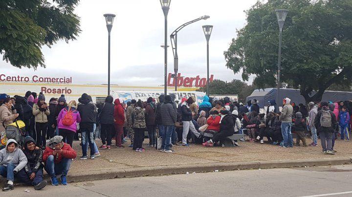 Una organización social reclamó bolsones de comida a un hipermercado de la zona sur