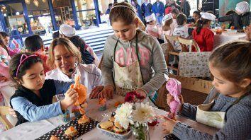 Los chicos hacen sus propias creaciones en los distintos talleres que se realizan en el Mercado del Patio.