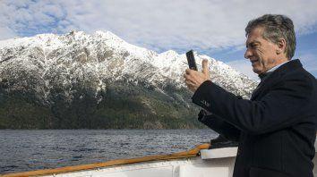 Viajero. Mauricio Macri se embarcó en la histórica nave Modesta Victoria,en el Nahuel Huapi.