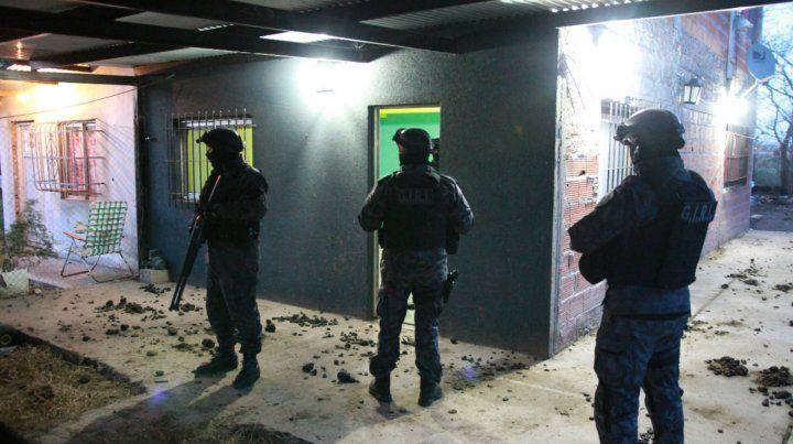 Secuestro de armas, drogas y siete detenidos en allanamientos en Granadero Baigorria
