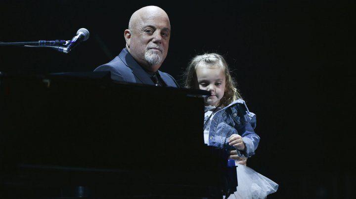 Conmovido. Junto a su hija