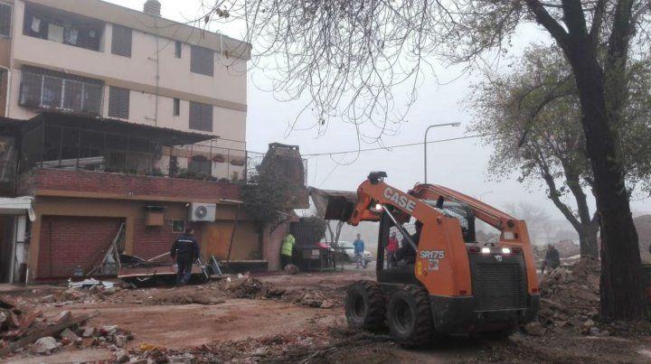 Una topadora derriba una construcción ilegal que se había levantado en el complejo habitacional de Lola Mora y Lorenzini.