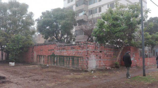 Sobre las edificaciones irregulares que pueblan el Fonavi se observan las huellas que dejan los disparos.
