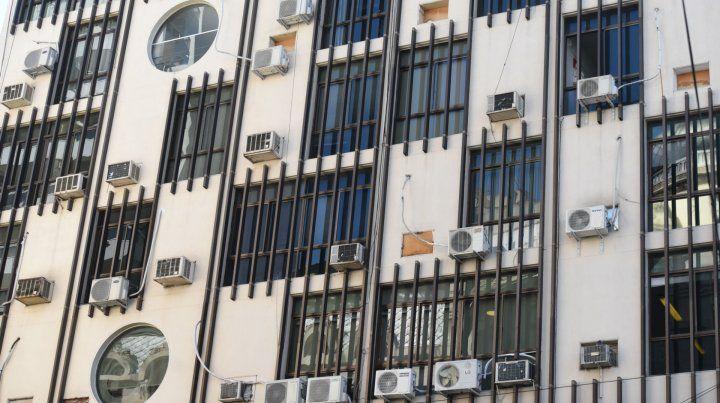 En la ciudad hay muchos edificios que apelan a gran cantidad de aires acondicionados para refrigerarse
