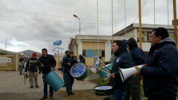 Los trabajadores de la empresa Dasa, de Firmat, reaccionaron el viernes ante la falta de pago salarial.