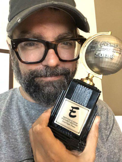 feliz. Liniers con el premio.