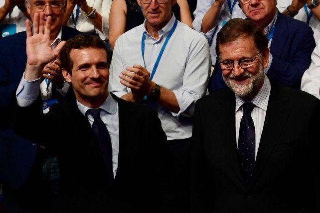 Recambio. Casado saluda a sus seguidores tras la elección junto a Rajoy.