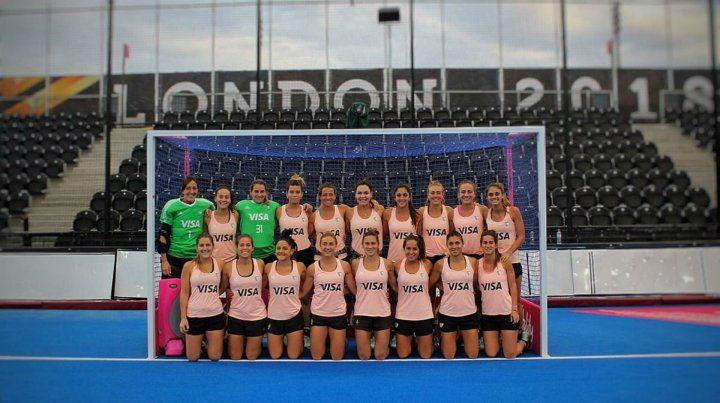 Las chicas se hicieron ayer la foto previa al debut en una de las canchas del torneo