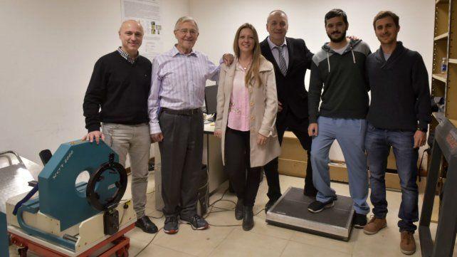 El investigador junto con los profesionales del grupo que estudia la estructura y biomecánica ósea.