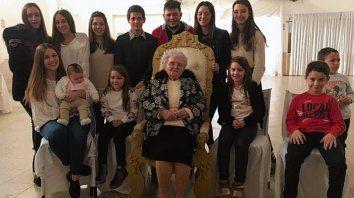 En familia. Teresa, agasajada por bisnietos, además de sus hijos y nietos.
